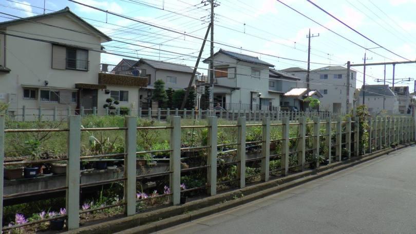 Quartier résidentiel traversé par un chemin de fer