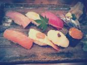 Délicieux sushis dégustés sur le marché couvert de Makishi - Naha