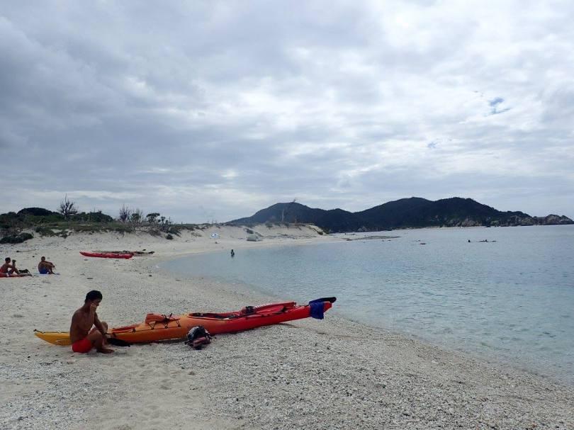 Kayak de mer et nuages en vue sur la plage de Ama