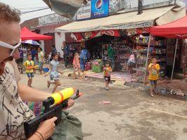 Bataille d'eau dans les rues du marché, qui aura l'avantage ?