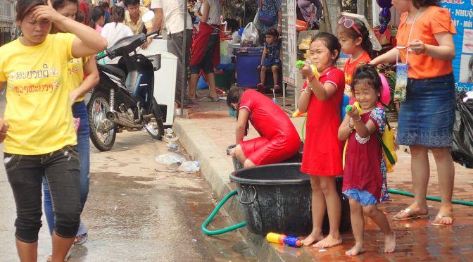 Bataille d'eau dans les rues de Luang Prabang