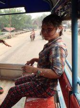 Au passage de notre tuktuk, les villageois nous lancent généreusement poudre bébé, eau colorée et seaux d'eau glacés !
