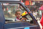 Un petit lao planqué dans la voiture, en attendant d'arroser le prochain piéton