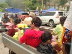 Des équipes se forment à l'arrière des pickup et sont fin prêt à arroser tous les passants, les scooters et les tuktuk qui s'aventureraient trop près