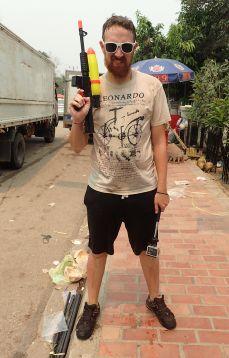 Olivier est prêt à en découdre, armé de son pistolet à eau