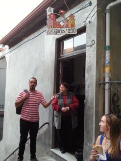 """Ce ne fu pas Don Sergio qui nous ouvra la porte, mais sa femme ; Pour nous offrir des """"Alfarojes"""", délicieuses pâtisseries chiliennes à base de confiture de lait."""